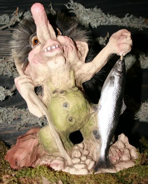 """Petri Heil"" Troll-Angler mit Fisch"