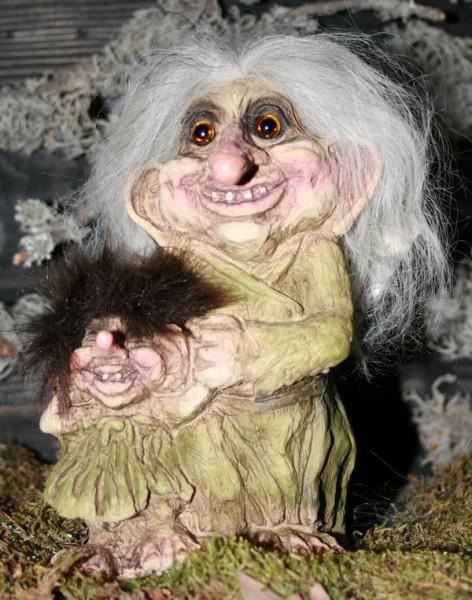 Trollfrau mit Trollmädchen an der Hand