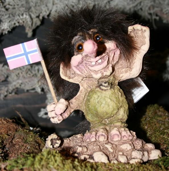 Troll steht auf Fels mit norw. Flagge