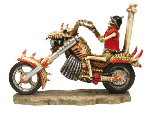 *Skelettbiker mit Stahlhelm auf Skelettmotorrad
