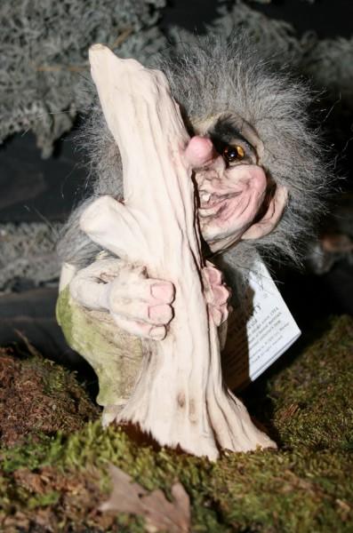 Lachender Troll hinter Baumstumpf