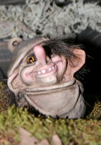 Troll schaut aus Topf