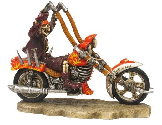 Skelettbiker mit Bandera auf Skelettchopper