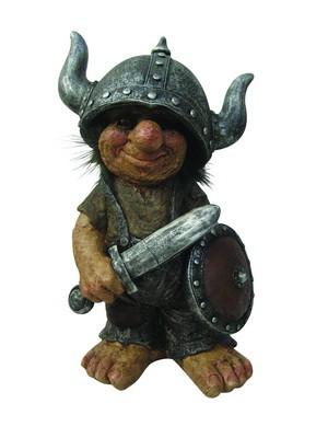 Piratentroll mit Wikingerhelm